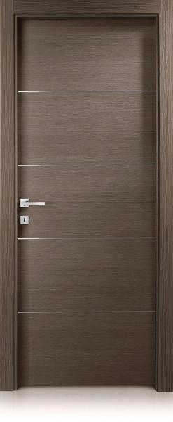 Входна врата, изработена от масивен дървен материал, оберлихт, пощенски кутии отляво и решетка от ковано желязо върху остъклената част